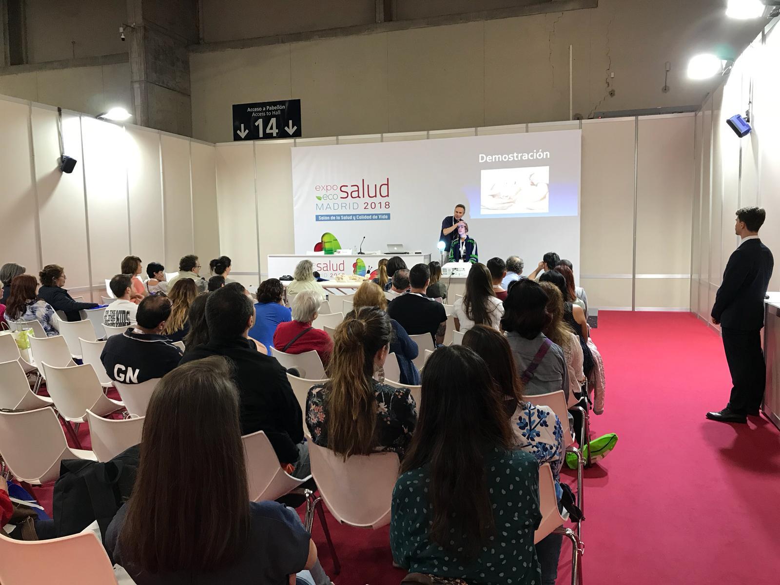 Marcelo Ruiz haciendo un ajuste quiropractico a una voluntaria durante su charla sobre quiropractica y la salud de tu cerebro